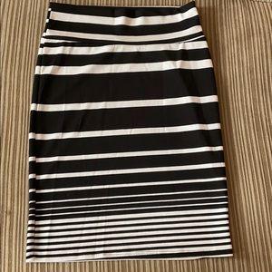 Lularoe LLR Black & White Stripe Cassie, Medium